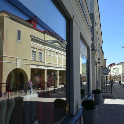 Zsar-ostoskylän kadulla.