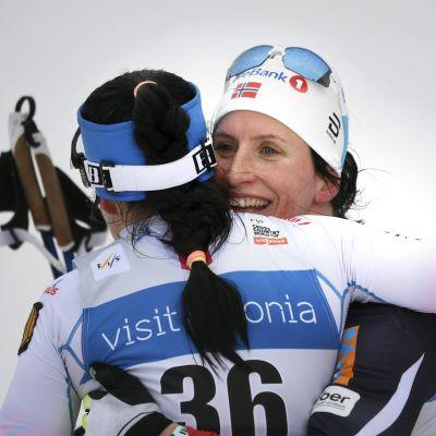 Marit Björgen kramar om Krista Pärmäkoski, Otepää februari 2017.