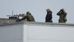 Skarpskyttar på ett idrottscenters tak i Vladivostok i Ryssland under toppmötet mellan Kim Jong-Un och Vladimir Putin.