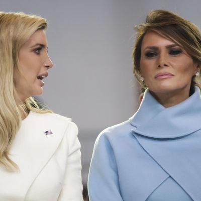 Ivanka Trump katsoo kohti Melania Trumpia. Melania katsoo suoraan kameraan.