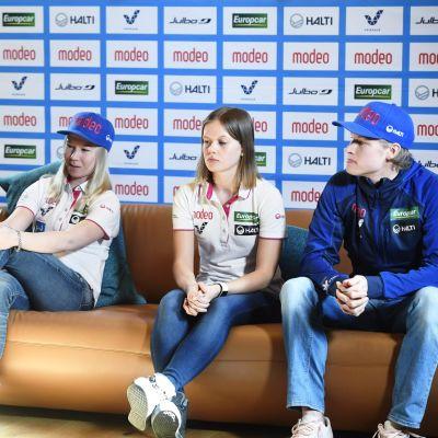 Julia Kykkänen ja  Susanna Forsström valmistautuivat keskiviikon kilpailuun Seefeldissä.