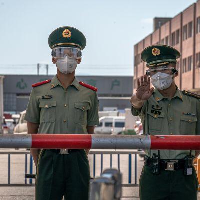 Sotilaspoliisit valvomassa suljettu Xinfadin toria Pekingissä 14.6.