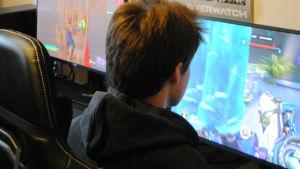 en ung kille spelar datorspel.