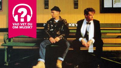 Pet Shop Boys sitter på en bänk.