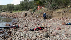 Drunknade flyktingar på stranden vid Turkiets kust i distriktet Ayvacık.