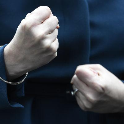 Skottlands regeringschef Nicola Sturgeon knöt sina nävar då hon mötte journalister utanför Downing Street i oktober 2016.