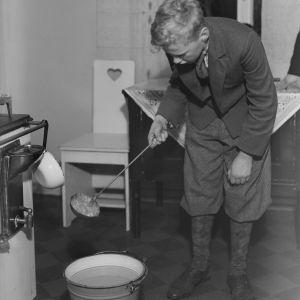 Nuori poika (Matti Pietinen) valaa uudenvuoden tinoja joulukuussa 1932