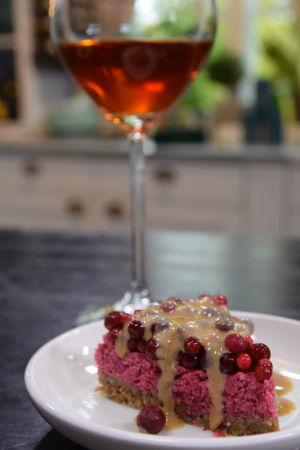 Kakkupala ja viinilasi.