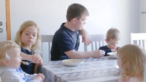 Lindan perhe ruokapöydässä
