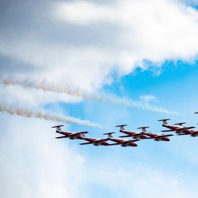 Kanadas flygvapen Snowbirds flyger över Montreal 7 maj 2020.