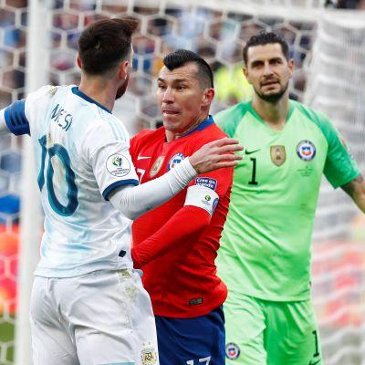 Lionel Messi och Gary Medel blir utvisade efter den här sekvensen.
