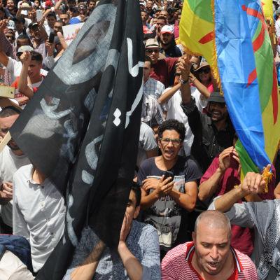 Demonstranter i Marockos huvudstad Rabat demonstrerar den 11 juni i solidaritet med Rif-regionen samt mot korruption, utslagenhet och arbetslöshet.