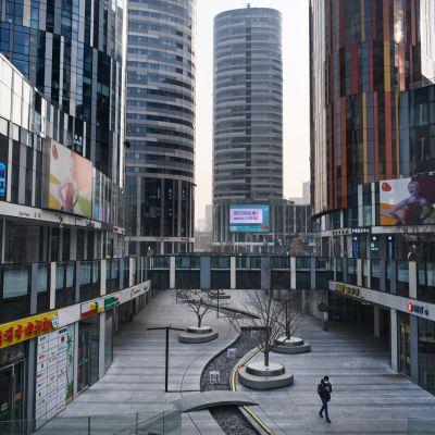 Kiinan pääkaupungissa Pekingissä on tyhjää, koska ihmiset pysyttelevät sisätiloissa koronviruksen taruntariskin takia