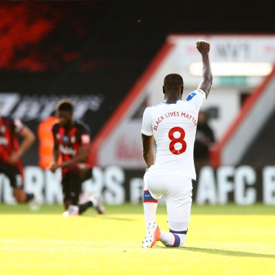 Crystal Palacen Cheikhou Kouyate polvistui ennen Bournemouth-ottelua.