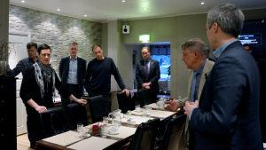 Maarit Feldt-Ranta, Björn Siggberg, Anders Walls, Tom Simola, Juhani Tihveräinen samt Anders Adlercreutz på krismöte om kustbanan.
