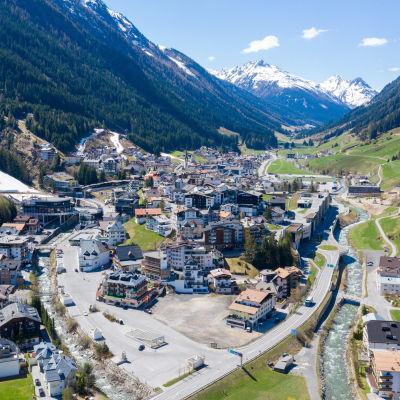 Rakennuksia vuorten keskellä