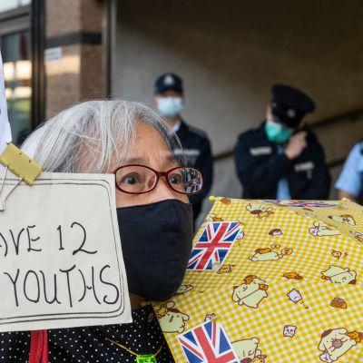 Mielenosoittaja Alexandra Wong vaati vangittujen vapauttamista Hongkongissa 28.joulukuuta.