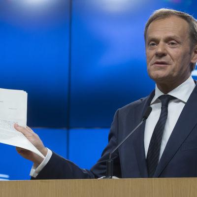 Donald Tusk med brevet som tillkännager Storbritanniens EU-utträde.
