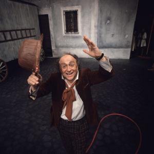 Oopperalaulaja Veikko Tyrväinen Pajatsona Leoncavallon oopperan televisioversiossa, kuvauspäivä 18.10.1972..