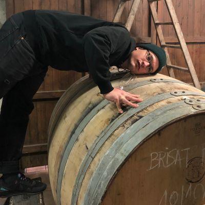 Viinejä maahantuova Toni Feri viinikellarissa tynnyrin äärellä.