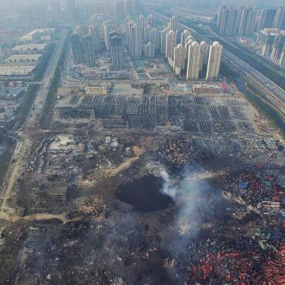 Förödelse efter explosion i hamnen i Tianjin.