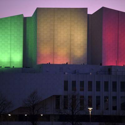 Finlandia-talo Helsingissä valaistiin Sri Lankan lipun pääväreillä Sri Lankan terrori-iskujen uhrien muistoksi tiistaina. Itsemurhaiskut surmasivat yli 320 ihmistä Sri Lankassa pääsiäissunnuntaina.