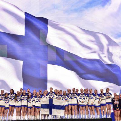 Suomen cheer-joukkue palkintokorokkeella.