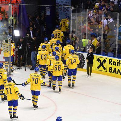 Ruotsin joukkue poistuu kaukalosta.