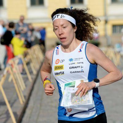 Suomen Venla Harju vauhdissa suunnistuksen maailmancupin sprinttiviestin kaupunkisuunnistuskilpailussa Senaatintorilla Helsingissä 11. kesäkuuta 2019.