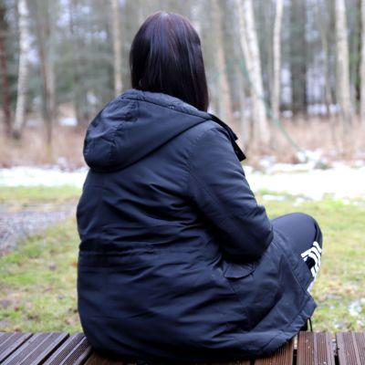 Anna, 41, istuu terassilla