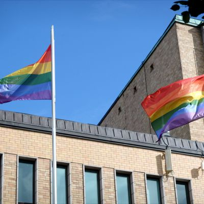 Sateenkaarilippuja Helsinki Pride -tapahtuman kunniaksi Helsingissä 7. syyskuuta.