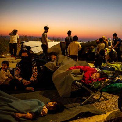 Morian leiriltä lähteneitä turvapaikanhakijoita Lesboksella aikaisin perjantaiaamuna.