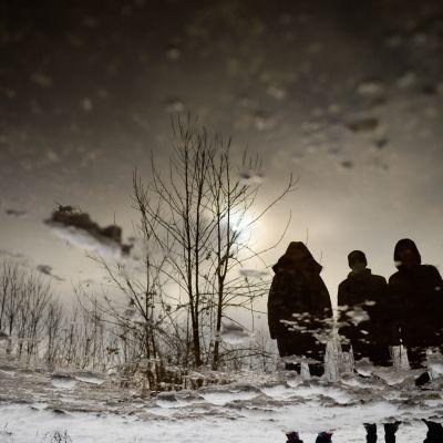 Siirtolaisia Bosniassa lumen ja jään keskellä.