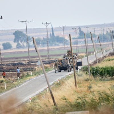 Turkiska militärfordon på väg mot den syriska gränsen nära staden Kilis som har utsatts för många dödliga raketattacker från Syrien under det senaste året