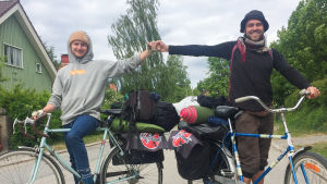 Matti ja Juha pyöriensä selässä kadulla.