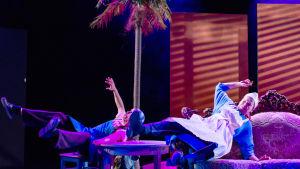 Näyttelijät Jarkko Lahti ja Eeva Soivio kaatuilevat sohvalla KOM-teatterin näytelmässä Making of Lea.