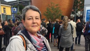 Tuula Haavisto, kulturdirektör i Helsingfors, deltog i minnesstunden för offren i Åbo på Narinken i Helsingfors.