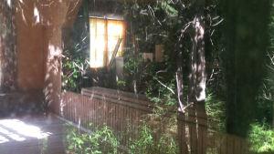 Pyhäjärven aution kylätalon näyttämö näkyy ikkunan läpi.