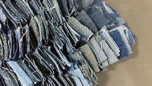Ett hörn av en matta gjord av jeanslappar