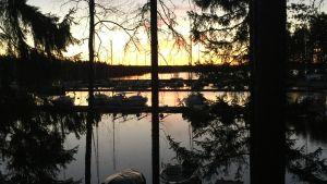 Iltarusko ja Näsijärven Jänissaaren rannalla veneitä vielä talvi-muhimassa.