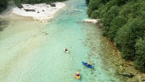 Kajaker på floden Soča i Slovenien.