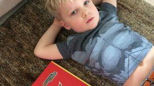 Lapsi makoilee lattialla