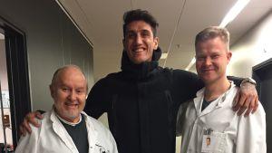 Sakari Orava tillsammans med ortopeden Lasse Lempainen och argentinske fotbollsspelaren Gabriel Peñalba.