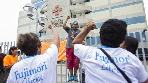 Anhängare till Fujimori firar benådningen av honom utanför det sjukhus där han vårdas.