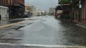 Vattenmassor på gatan i Galveston, Texas.