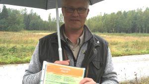 Jaktchef Stefan Pellas visar hur varning för viltolycka-skylten ser ut.