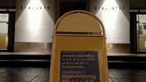 Skylt med information om församlingsvalets förhandsröstning vid Stadsbiblioteket i Vasa.