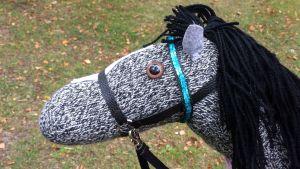 Käpphäst gjord av garn med svart man