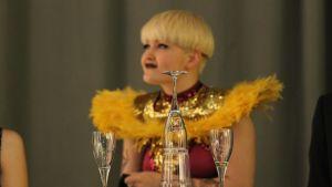 Pajkvinnan och ett stilleben i champagneglas