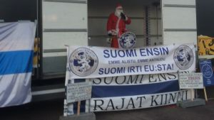 Invandrarfintlig julgubbe talar på självständighetsdagen i Helsingfors.